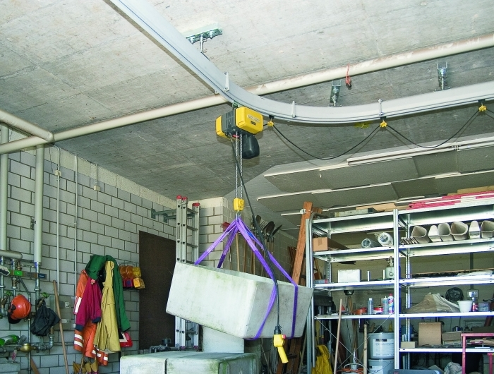 GIS chain hoist riding in KB enclosed system through 90-degree radius
