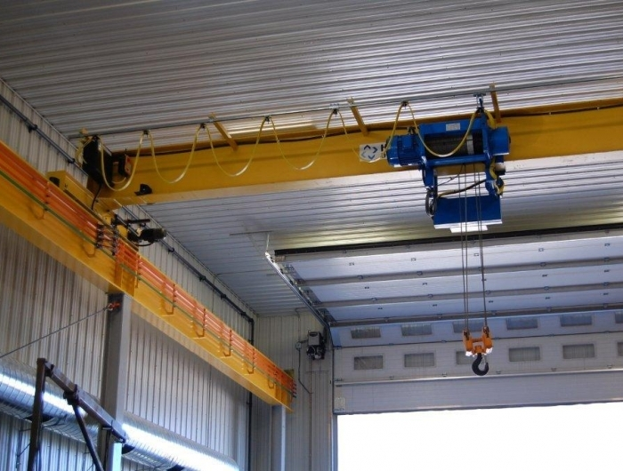 Single girder top running crane with wire rope hoist in factory